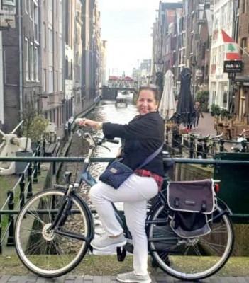 La guapísima patepluma Jackie Caballero decidió conocer muchos sitios de Ámsterdam en bici...Durante la gira que actualmente realiza por las europas...
