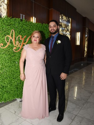 La madre de la novia, Marina Cueva, junto a su hijo, Carlos Burgos