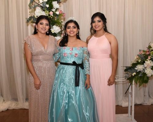 La quinceañera junto a sus hermanas, Diana y Andrea Mejía Hernández