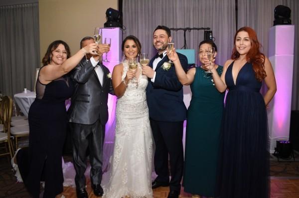 Las familias de los recién casados brindaron por su eterna felicidad