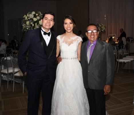 Los novios, Omar Villanueva y Fanny Navarro, junto a Luis Campos