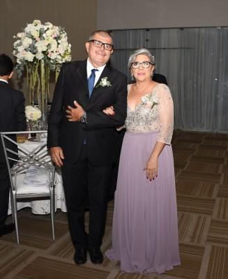 Los padres del novio, Omar y Carolina Villanueva