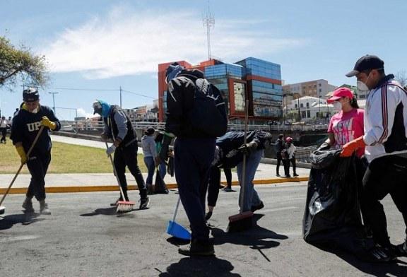 Los propios manifestantes inician limpieza masiva de calles en Ecuador