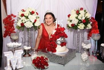 Rosas rojas para una radiante quinceañera