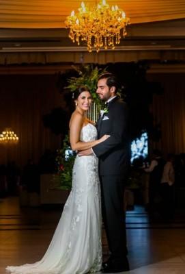 Melanie se mostró preciosa al enfundarse en su ajuar de novias de la firma Pronovias...Gamal lució como todo un caballero en su elegante smoking de novio.