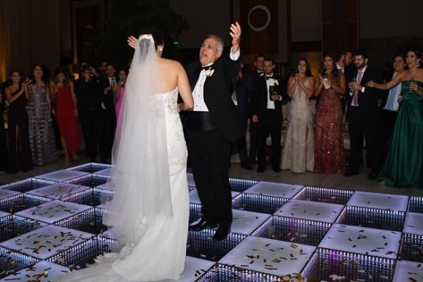 Melanie y su padre, don Schucry Andonie compartieon la pista de baile al emotivo ritmo de ¿Y Cómo es Él?