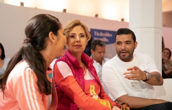 Mientras Ágatha Ruiz de la Prada y Alejandro Medrano observaban la pasarela.