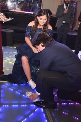 Mientras José María Deras cambiaba el zapato de su hija.