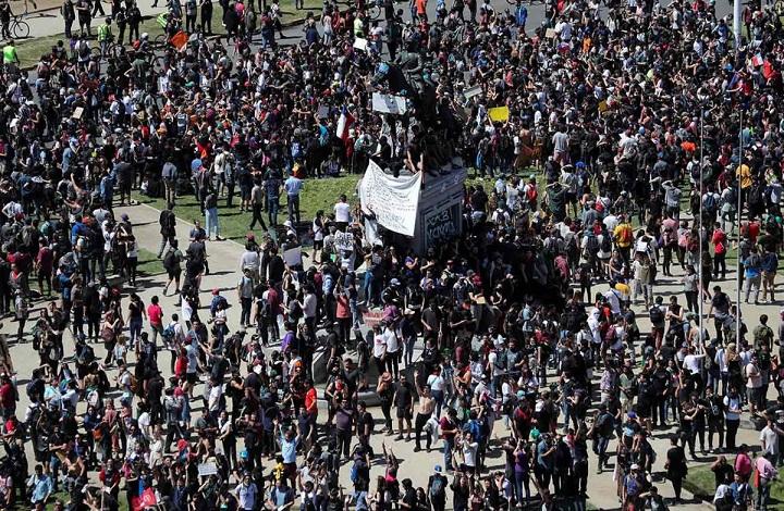 Ante las protestas diputados chilenos aprueban anular alza a tarifa del metro