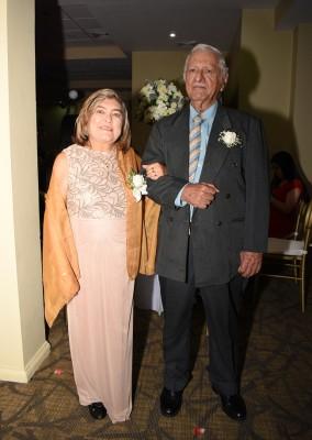 Suyapa y Héctor Peña, representantes de los padres de la novia