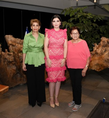Thiara Segebre con sus abuelas, Nelly Segebre y Vilma Sandino