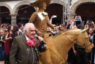 Vicente Fernández devela una estatua en su honor y las redes no perdonan el poco parecido