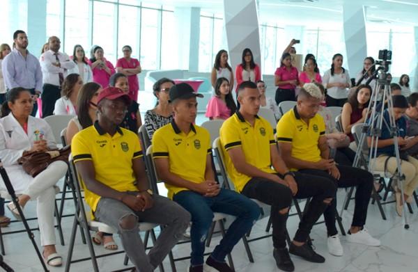 Médico y colaboradores de Cemesa, marcas patrocinadoras, así como jugadores del Real España, asistieron al lanzamiento de la campaña rosa.