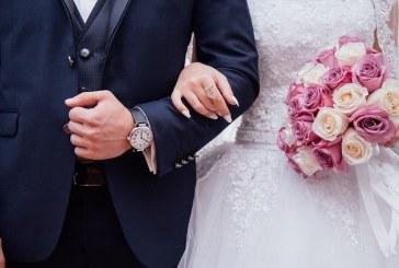 Un sacerdote declara por error 'marido y mujer' a los padrinos de la boda