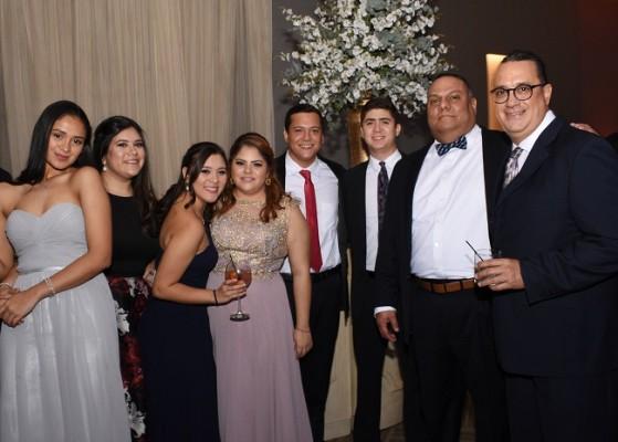 Amistades de los novios les acompañaron en su gran noche de bodas