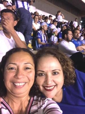Berta Castro se dejó venir desde la USA a disfrutar en su querido San Pedro Sula y no desaprovechó la oportunidad para reunirse con su gran amiga Elizabeth Orellana y ver el partido de la Selección...