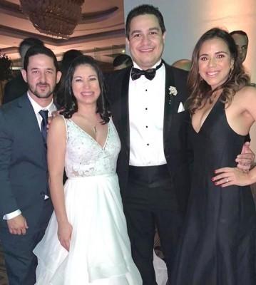 Los recien casados en una fotografía para recordar siempre.