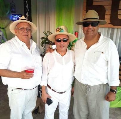 Celebración de los 50 años de Raul Antonio Villalta con el grupo de Plebeyos.