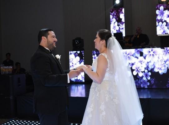 Con emociones a flor de piel, María Alexandra y Marlon, bailaron su primera melodía como esposos