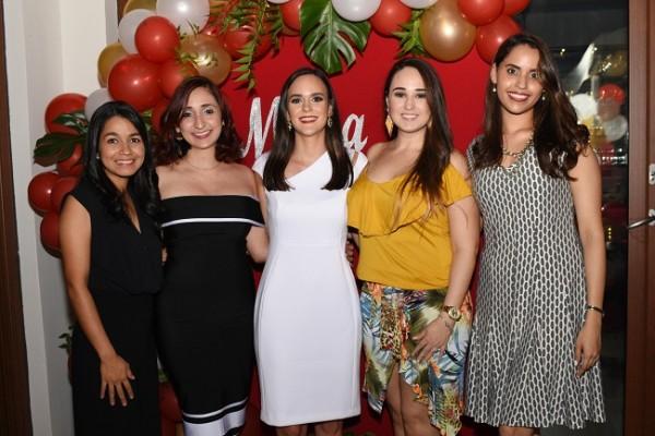 Con las damas del cortejo, Inti Alvarado, Gissel García, Mirna Pelucchi Meermann, Gloria López de Núñez y Mónica López