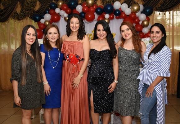 Con las oferentes, Ligia Romero, Samantha Reyes de Torres, Connie Solórzano, Eleana Lamothe, Itza Portillo y Mónica Aguilar