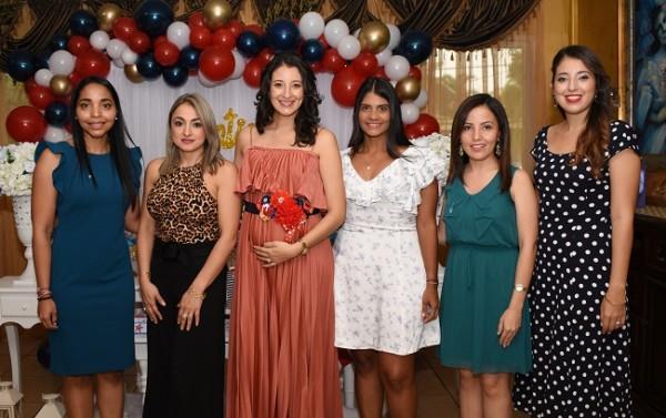 Con las oferentes, Tania Argueta, Maira Torres, Samantha Reyes de Torres, Ana Ordóñez, Cinthia Valladares y Thalyna Reyes