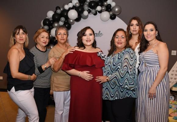Con las oferentes de su baby shower, Valeria Valle de Chinchilla