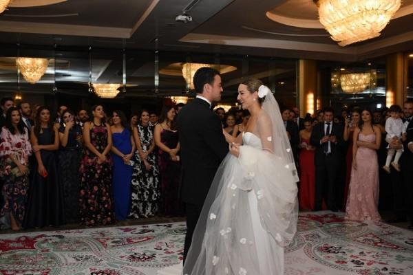 Constantino Barletta Kivett y Rebecca Bendeck Siercke, compartieon su primer baile como esposos.
