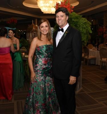 Constantino Barletta y Carla Kivett de Barletta, padres del novio
