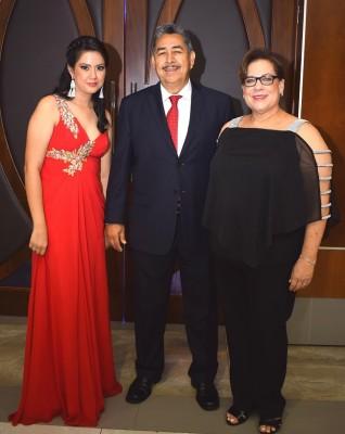 Damaris y Víctor Chávez con Amanda Méndez.