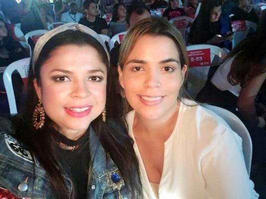 Debbie Figueroa con Sarah Zepeda en el concierto Urban Fest