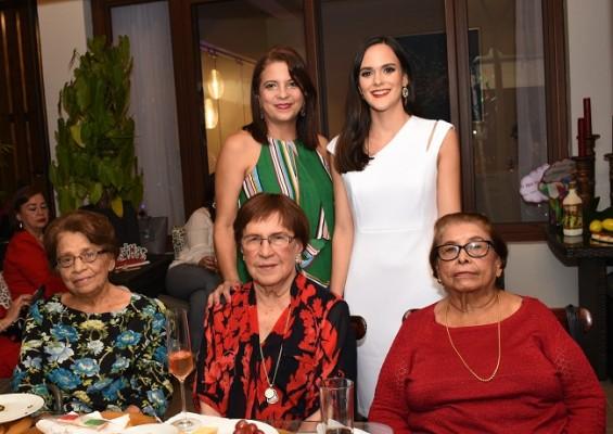 Debby García de Reyes, Mirna Pelucchi Meermann, Ana Lidia de Leiva, Emma de Reyes Silva y Alicia García