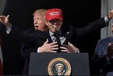 Trump recrea el icónico momento de 'Titanic', al abrazar a una estrella del béisbol (+Video)