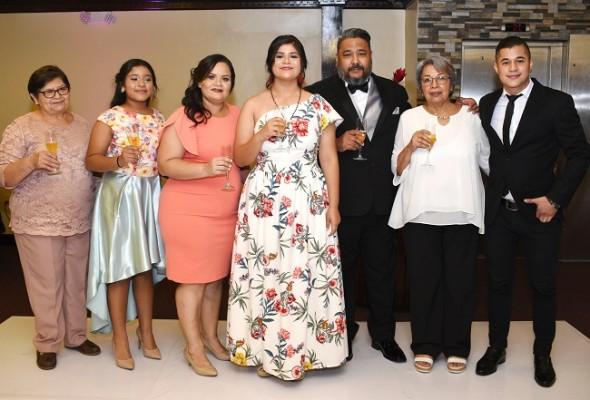 El brindis por el futuro y la felicidad de Annia Melissa Alfaro Alvarado. Acompañada de sus abuelas, hermanos y padres
