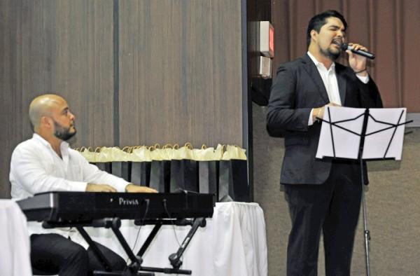 El maestro Oscar Barahona y el Tenor Alexander Gutiérrez.