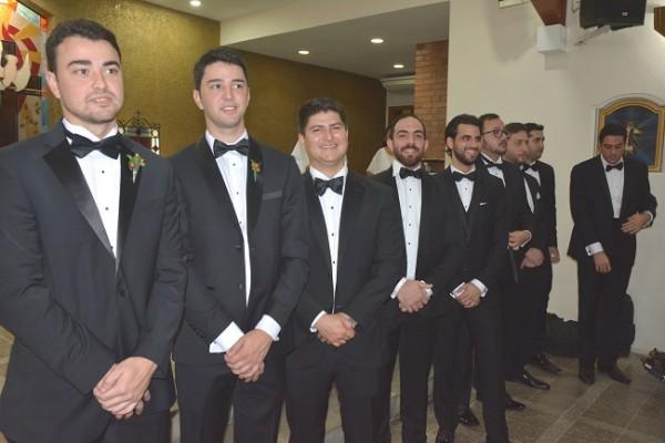 El novio, con los caballeros del cortejo de bodas
