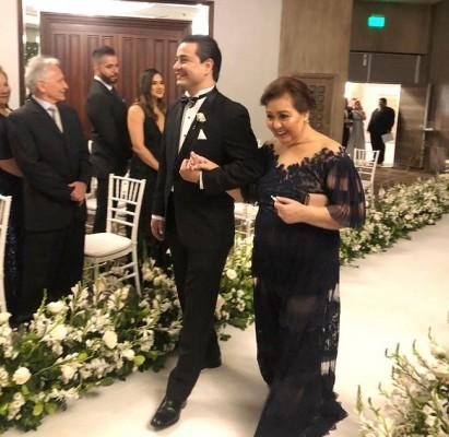 El novio con su madre, doña Sandra Triminio