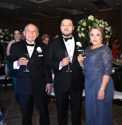 El novio con sus padres, Ángel Cardona y Maritza Cerrato