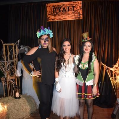 Ethling y Bradi Déraz con Tehb Rápalo celebrando en el Hyatt Place