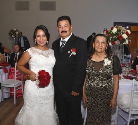 Evelyn Yamileth Solórzano Salgado junto a su padre, José René Solórzano y la abuela de la novia, Trinidad Estrada.