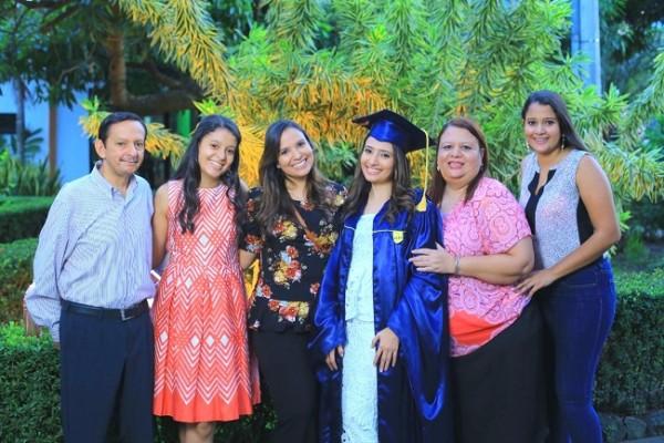 Grethel Mena con sus padres, Mario y Lidabel y sus hermanas, Heidy, Scarleth y Alexa...Sus actos de graduación son mañana sábado 30 de noviembre.