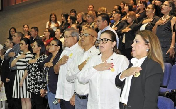 Integrantes del Clubes del Valle de Sula, los docentes graduados y sus fam