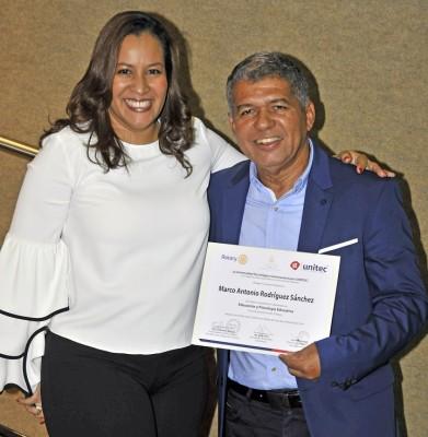 La Subdirectora de Educación Carolina Costa y Marco Antonio Rodríguez.