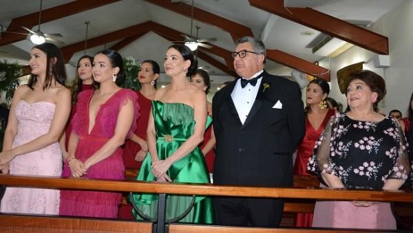 La familia Bendeck-Siercke, en primera fila durante la ceremonia religiosa.