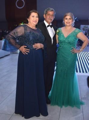 La familia de la novia, Gloria y Mauricio Reyes con Gloria de Pérez.