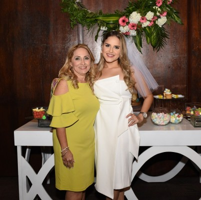 La novia junto a su madre, Martha de Robles