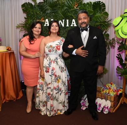 La quinceañera, Annia Melissa Alfaro Alvarado, con sus padres, Roger Alfaro y Karla Alvarado.