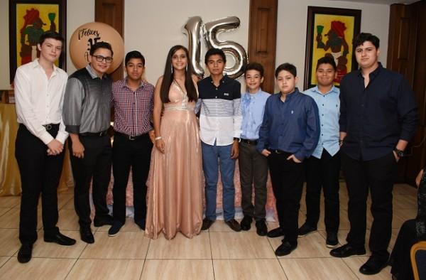 La quinceañera con sus amistades y compañeros de estudio