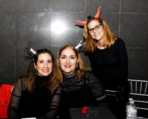 Las madres de los seniors 2020de la EIS les apoyaron en la taquilla Tatiana Urteaga, Celeste de Fajardo y Felicia Mattioli