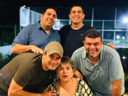 La siempre especial Linda Coello con su familia...recientemente fue agasajada en su cumpleaños.